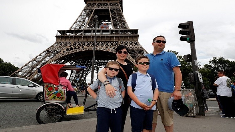 عائلة بريطانية تحقق حلمها بالنوم في برج إيفل