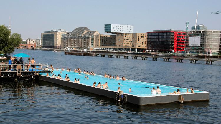 شرطة ألمانيا تحقق في حوادث تحرش بحمامات سباحة