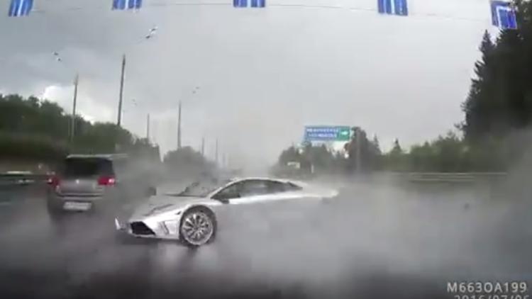 بالفيديو.. سيارة