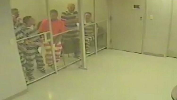سجناء تكساس ينقذون حارسهم من الموت (فيديو)