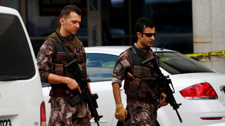 مقتل 3 ضباط شرطة أتراك على يد مراهق