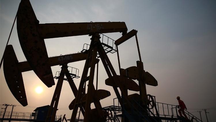 النفط قرب أدنى مستوياته في شهرين