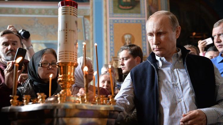 في دير شمالي.. بوتين يصلي لأرواح الضحايا الروس بسوريا