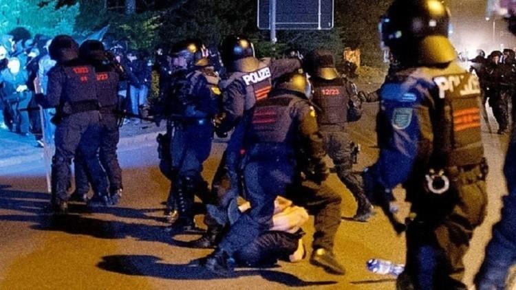الأمن المجري يعتدي بالضرب على المهاجرين