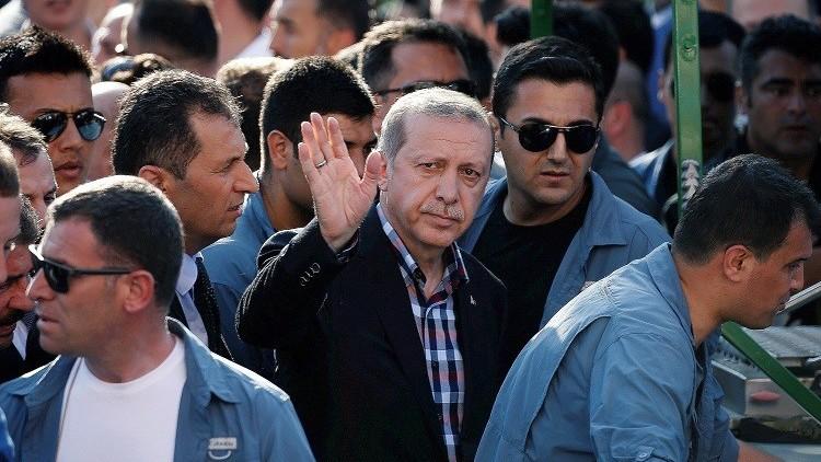 لماذا لم يعد أردوغان إلى أنقرة منذ محاولة الانقلاب؟