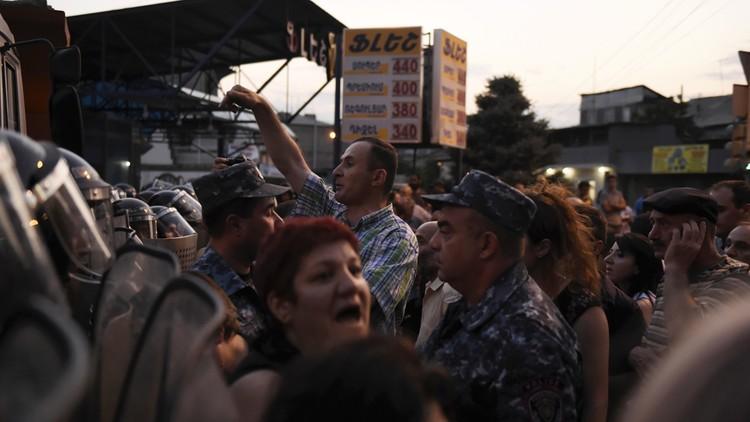 45 جريحا في مواجهات بين المحتجين والشرطة بعاصمة أرمينيا