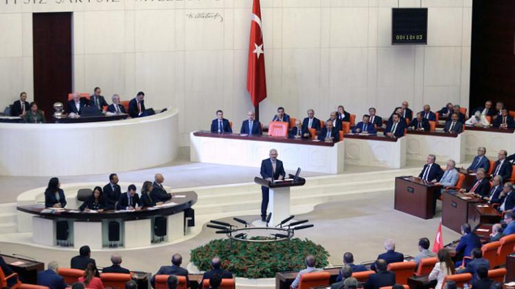 البرلمان التركي يصدق على فرض حالة الطوارئ في البلاد