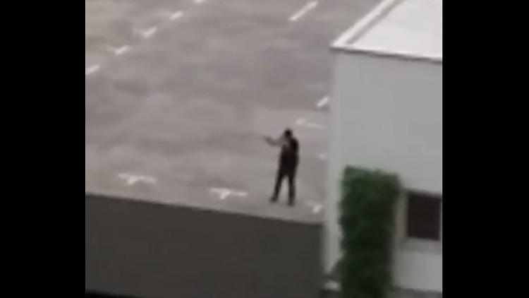 أحد المهاجمين في ميونيخ يقنص المارة من فوق المركز التجاري
