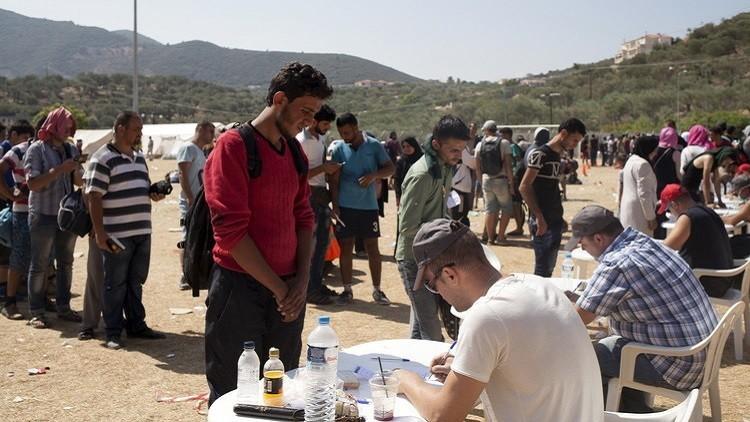 300 مهاجر يتحدوا الجوع والحر على أمل دخول الاتحاد الأوروبي. coobra.net
