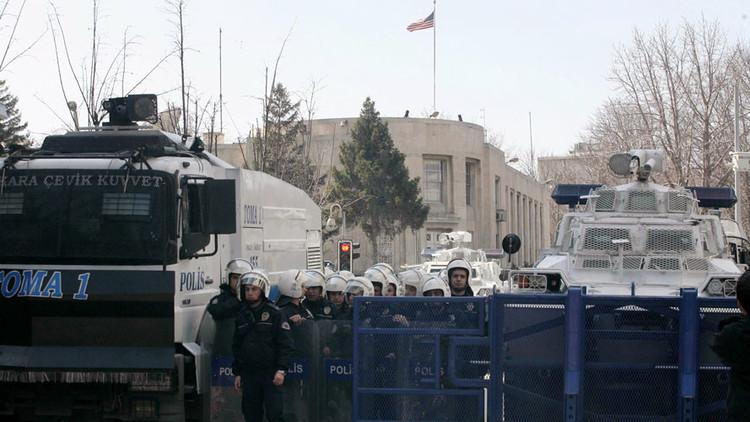 واشنطن تسمح لأسر موظفيها بمغادرة تركيا