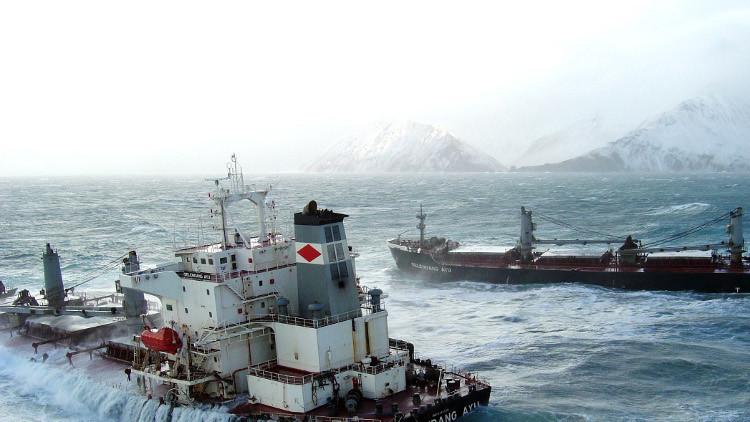 إنقاذ 46 شخصا من سفينة صيد غارقة قرب ألاسكا