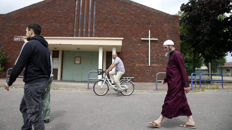 دعوة المسلمين في فرنسا للتوجه إلى الكنائس الأحد