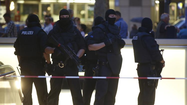 القوات الشرطية الخاصة الألمانية قرب مركز