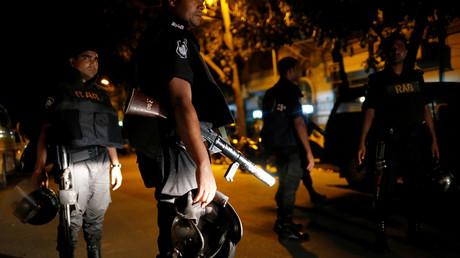 عناصر من قوات الرد السريع يقفون قرب مطعم في دكا حيث احتجز الرهائن