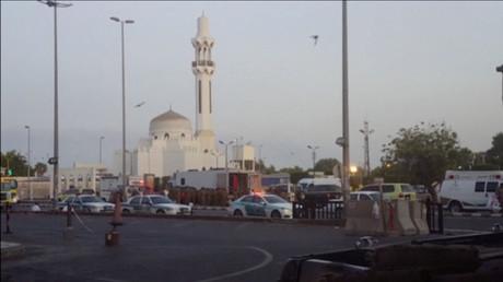 سيارات للشرطة السعودية بالفرب من مكان الانفجار الانتحاري في محيط الحرم النبوي بالمدينة المنورة (4 يوليو/تموز)