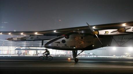 طائرة سولار امبالس 2 تحط في أبو ظبي 26/7/2016 أول طائرة تجوب العالم بالطاقة الشمسية دون قطرة وقود