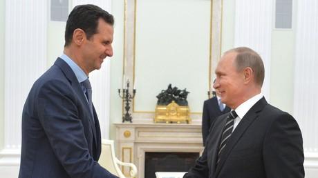 الرئيسان الروسي فلاديمير بوتين والسوري بشار الأسد خلال لقائهما في موسكو في أكتوبر/تشرين الأول عام 2015