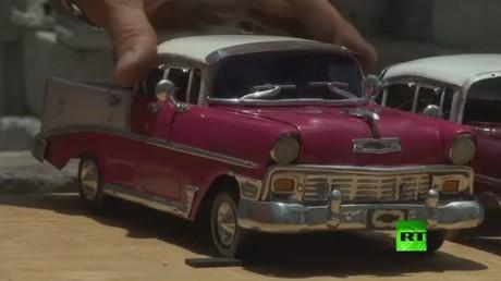 حرفي من كوبا يصنع نسخة مصغرة من السيارات الكلاسيكية