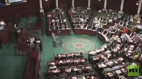 برلمان تونس يحجب الثقة عن حكومة الصيد