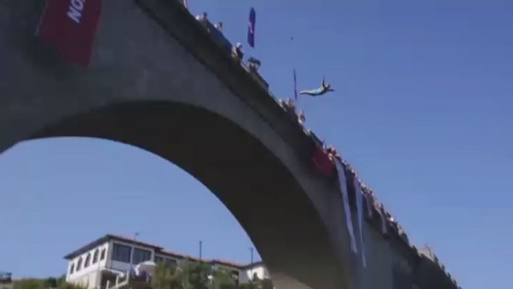 انطلاق مسابقة القفز في نهر درين الأبيض التقليدية في كوسوفو