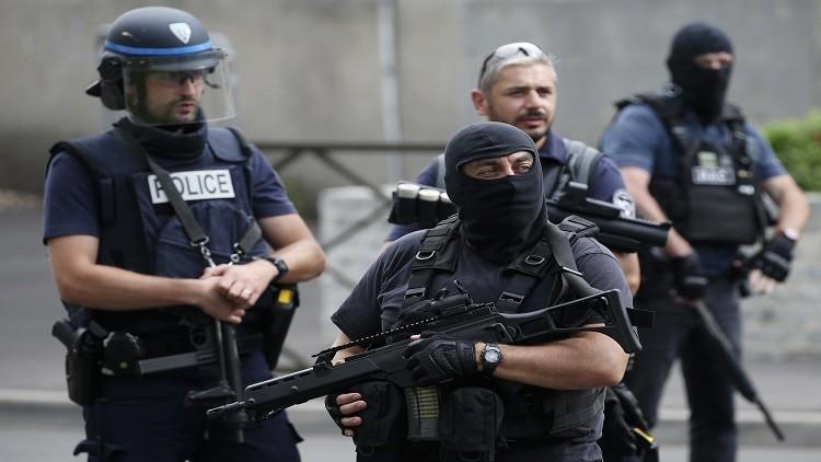 فرنسا تطرد جزائريا على صلة بمتشددين