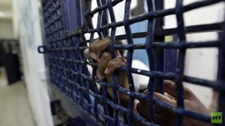 مئات المعتقلين لدى إسرائيل يعلقون إضرابهم