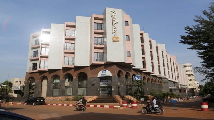 اعتقال 3 أشخاص في مالي لرفعهم علم متطرفين فوق فندق