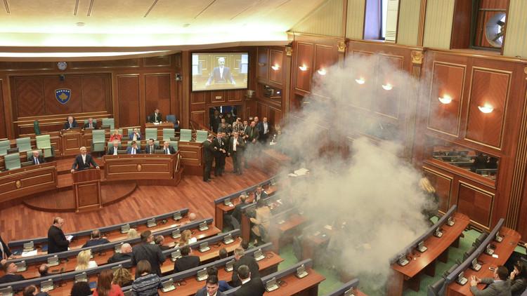 مجهولون يهاجمون مبنى برلمان كوسوفو