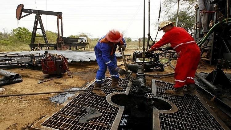 النفط يتراجع بسبب تخمة المعروض