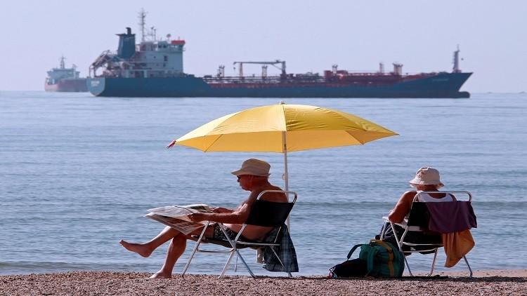 النفط يهبط بفعل زيادة غير متوقعة في المخزونات الأمريكية