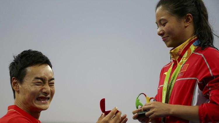 بالصور.. الصيني كاي يطلب الزواج من صديقته أثناء تتويجها في ريو !
