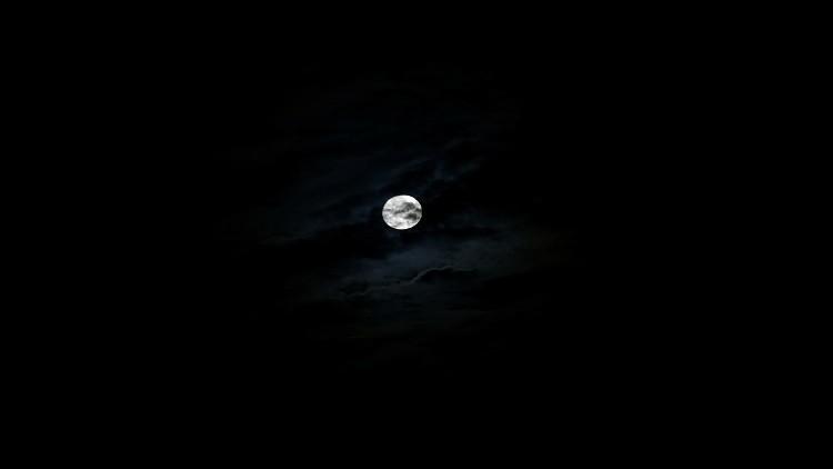 اكتشاف سحب غبار حول القمر