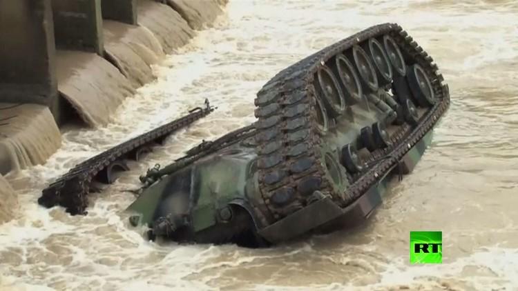 دبابة تابعة للجيش التايواني تسقط في نهر (فيديو)