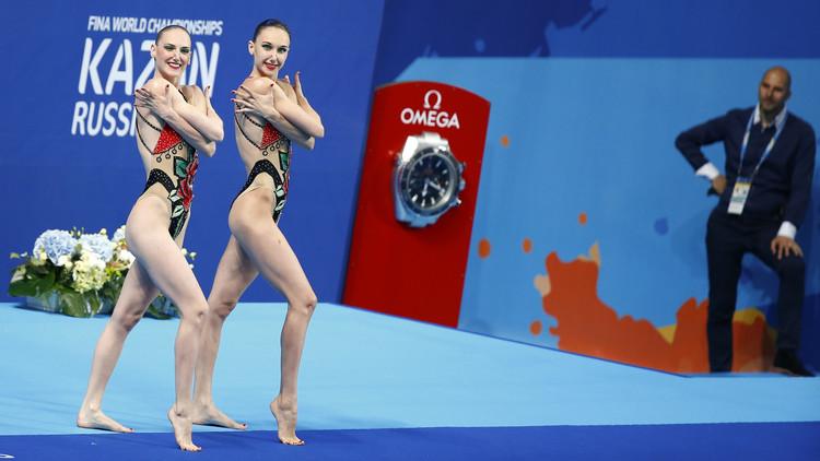 حسناوان تحملان علم روسيا في ختام ريو 2016