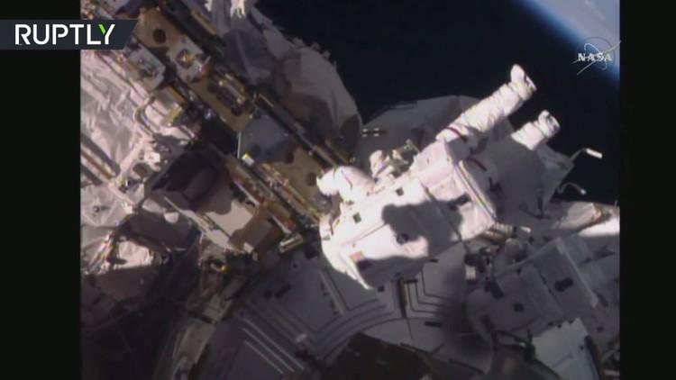 رائدا فضاء أمريكيان ينفذان جولة خارج المحطة