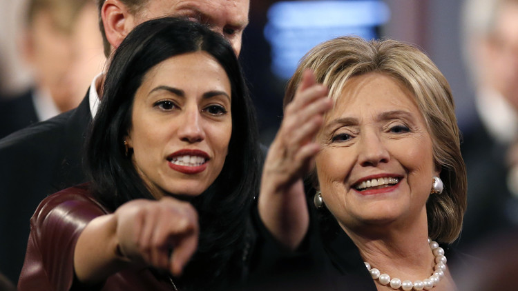 كلينتون تحاول التستر على مساعِدتها المتهمة بالعمل لمصلحة الإسلامويين