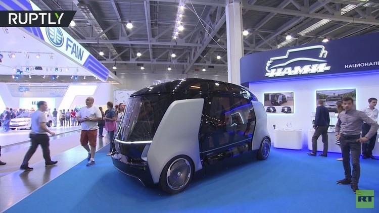 حافلة ذات قيادة ذاتية تعرض في معرض موسكو