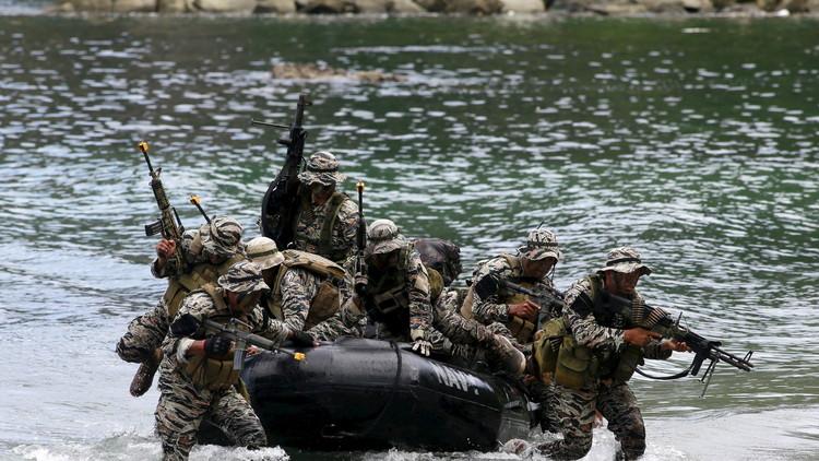 مقتل 12 عسكريا وإصابة 5 آخرين في اشتباكات مع مسلحي حركة أبو سياف شرق البلاد. coobra.net