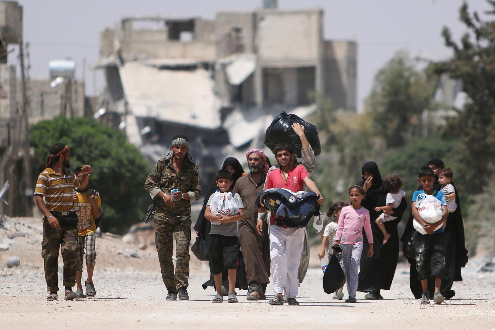 مدنيون يخرجون من حلب