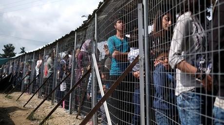 طوابير المهاجرين للحصول على الطعام عند الحدود اليونانية المقدونية - أرشيف