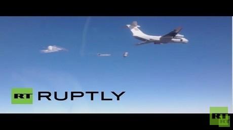 طائرة روسية تلقي مساعدات إنسانية على مدينة دير الزور السورية