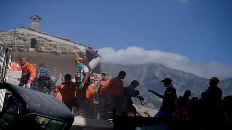متطوعون يعملون على إزالة الأنقاض والحطام أثناء عمليات البحث والإنقاذ بعد زلزال قوي هز وسط إيطاليا في 24 أغسطس 2016
