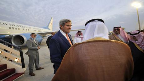 وزير الخارجية الأمريكي جون كيري لحظة وصوله إلى السعودية