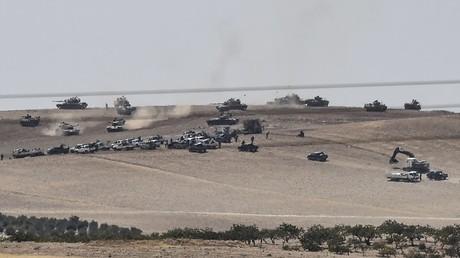 مدرعات وعربات عسكرية تركية تعبر الحدود باتجاه سوريا