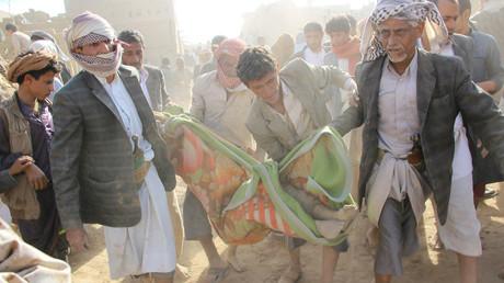 مواطنون يمنيون يحملون جثة لرجل قتل جراء غارة التحالف العرابي على منزل المواطن أبو صالح زينة في صعدة (31 أغسطس/آب)