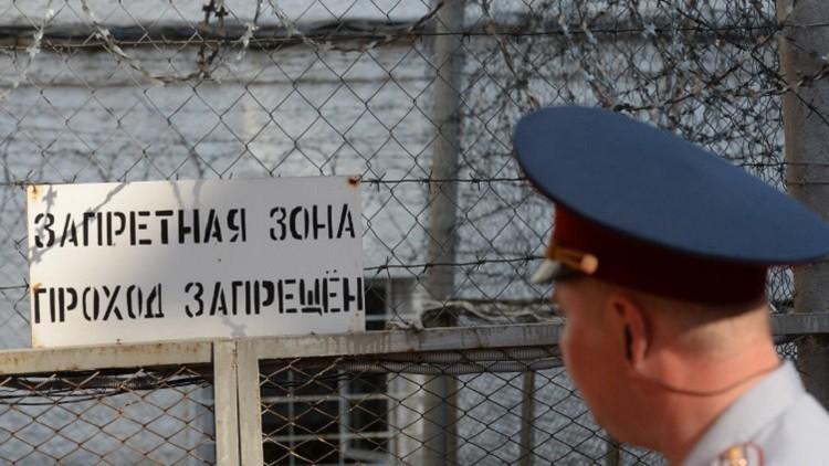 يسرق أموال رجال الأمن وموظفي الدولة من سجنه