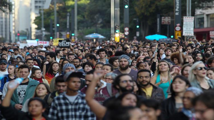 برازيليون يسخرون من تامر والأسواق تمنحه الدعم