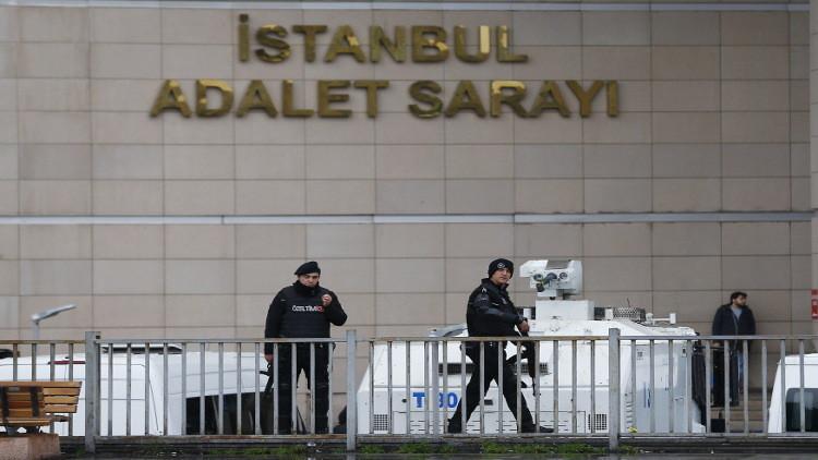 السلطات التركية تلقي القبض على أكاديمي وصحفي