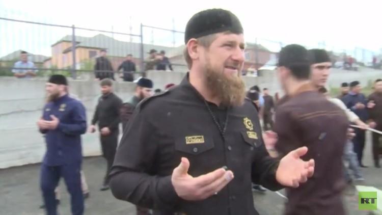 رمضان قادروف يشرف على نحر الأضحية خلال إحتفال عيد الأضحى