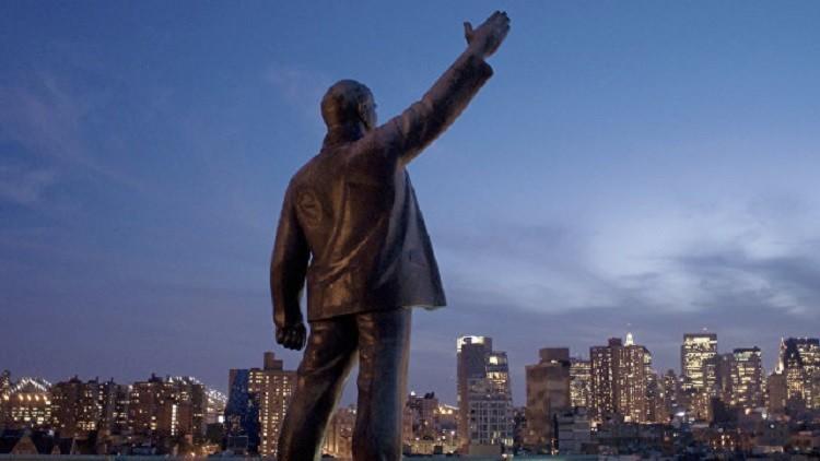إزالة تمثال لينين من فوق مبنى في نيويورك بعد 20 عاما من نصبه
